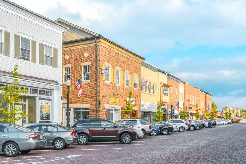 Straße der Kleinstadt Kent mit amerikanischem niedrigem Haus in der Provinz stockfotos