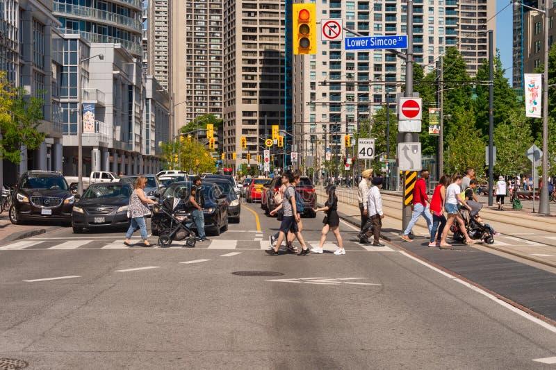 Straße des Leute-Kreuzungsqueens Quay W in im Stadtzentrum gelegenem Toronto 2019 lizenzfreie stockfotos