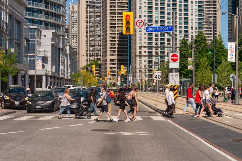 Straße des Leute-Kreuzungsqueens Quay W in im Stadtzentrum gelegenem Toronto 2019 stockfotografie