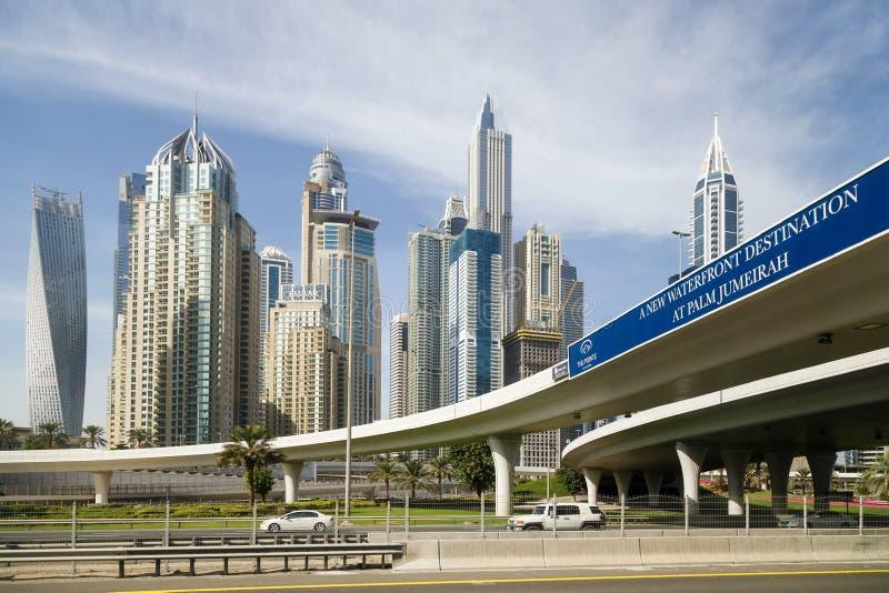 Straße des neuen Ufergegendbestimmungsortes an der Palme Jumeirah auf dem Hintergrund von modernen schönen hohen Gebäuden stockfotos