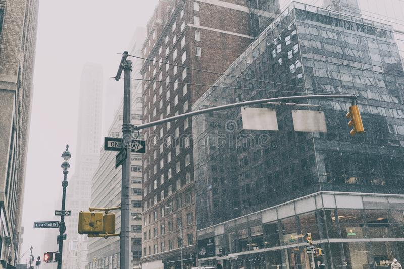 Straße 31 DEZ 2017 - NEW YORK /USA - New York mit Verkehrsschildern und Schnee stockfotos