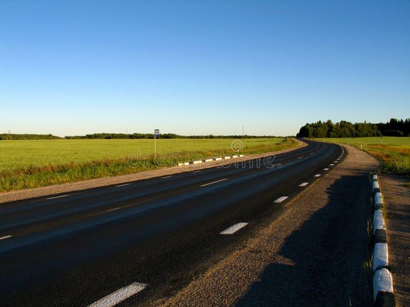 Straße, die aus der Stadt heraus führt stockfoto