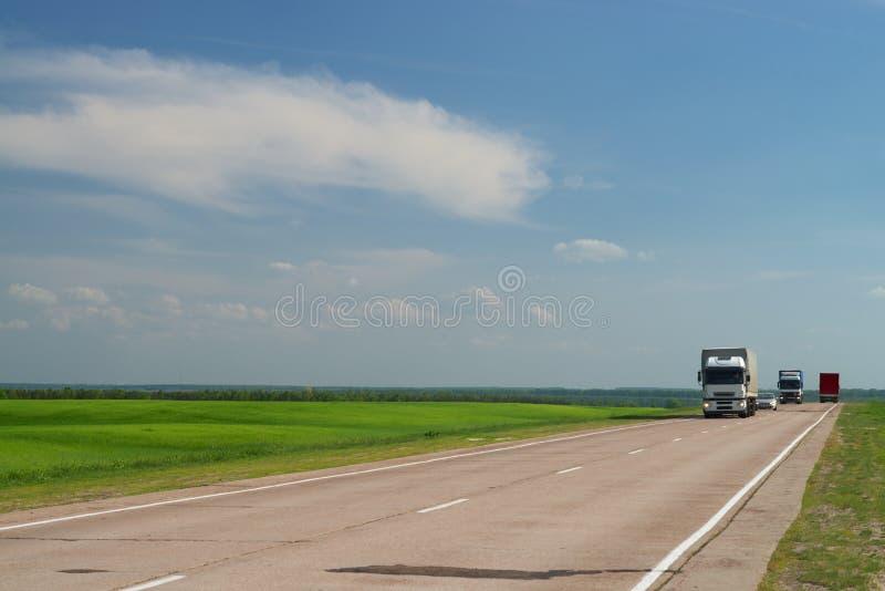 Straße, die Felder durchläuft stockfotografie
