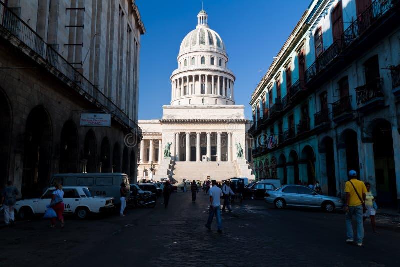 Straße, die zu das Kapitol in Havana führt stockfotos