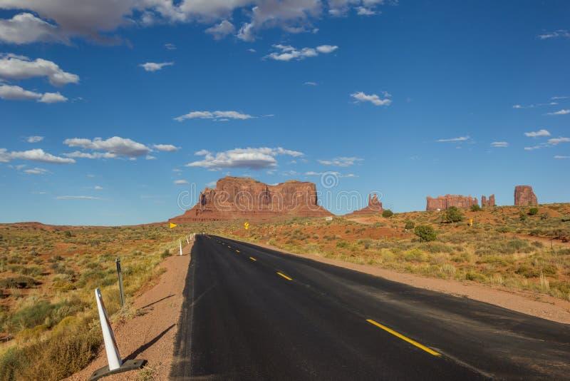 Straße, die zu Monument-Tal in Arizona führt lizenzfreie stockfotografie