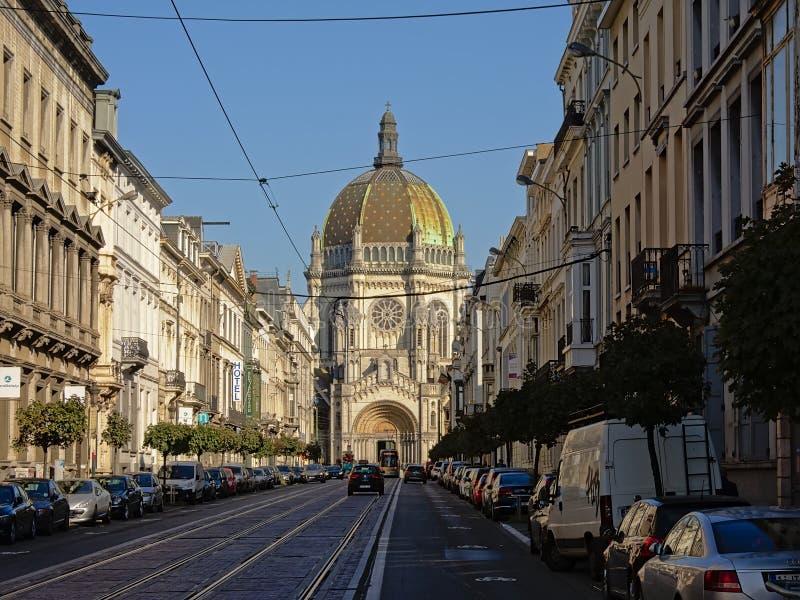 Straße, die zu ` s der Heiligen Maria königliche Kirche in Brüssel führt lizenzfreie stockbilder