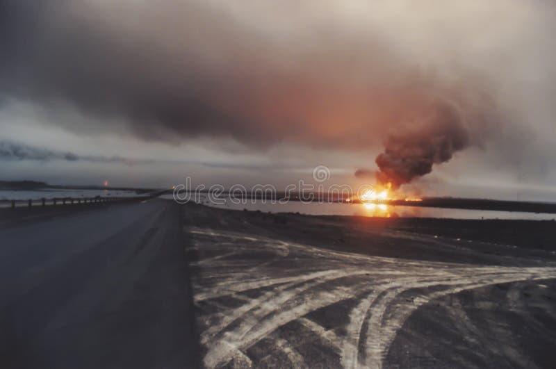 Straße durch Ölquellefeuer auf dem Gebiet mit Ölteppich, Kuwait lizenzfreies stockbild