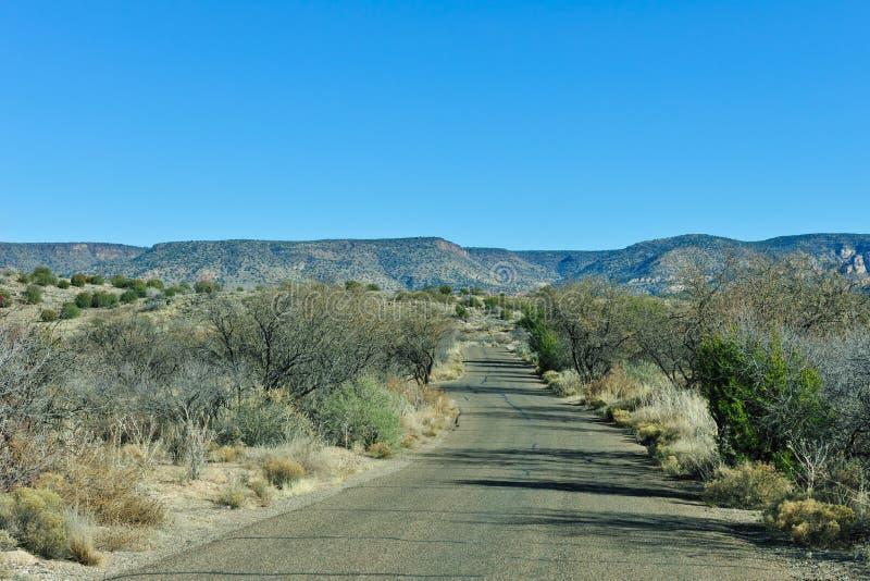 Straße durch Arizona-Wüste lizenzfreies stockfoto