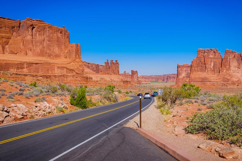 Straße durch den Bogen-Nationalpark in Utah lizenzfreies stockfoto