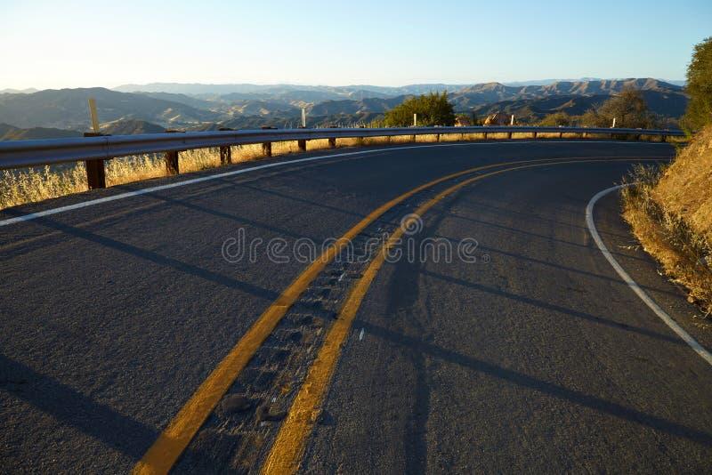 Straße durch die Hügel in Malibu bei Sonnenuntergang stockfotografie