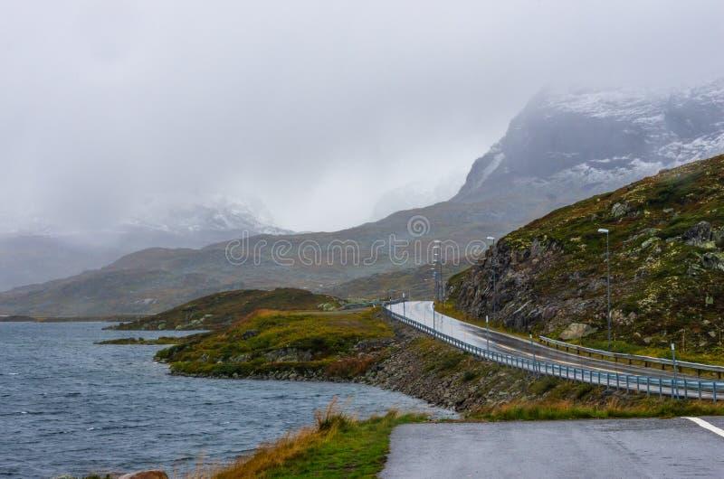 Straße durch die norwegischen Hochländer des Nationalparks Hardangervidda stockfoto