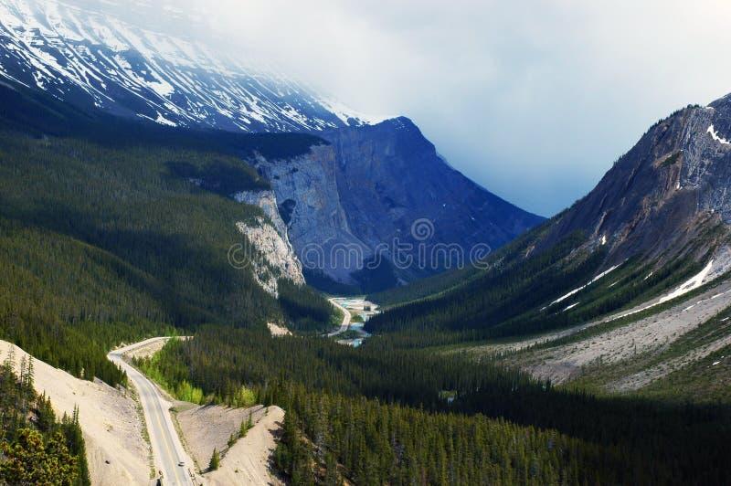 Straße durch Tal stockfotos