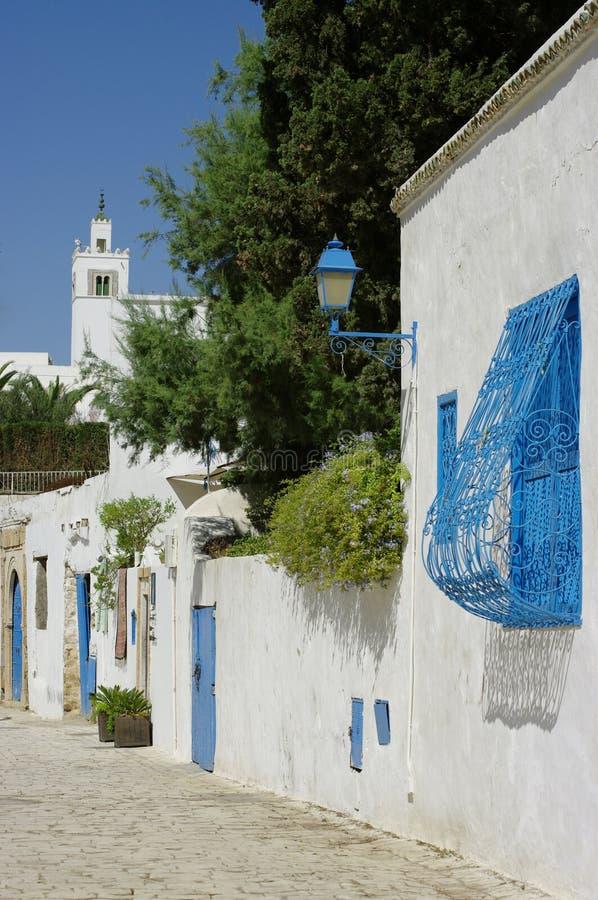 Straße in einem Dorf in Tunesien lizenzfreie stockfotos