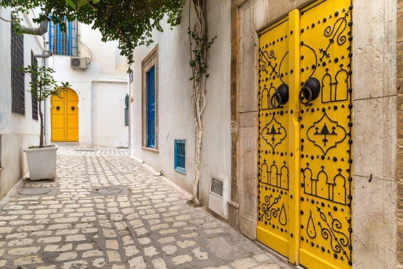 Straße in einer Stadt in Tunesien lizenzfreie stockbilder