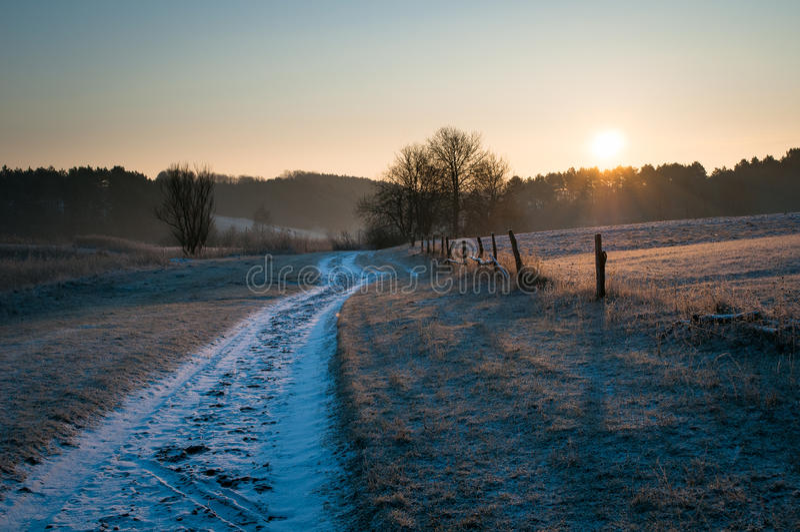 Straße am eisigen Morgen des Feldes lizenzfreie stockbilder