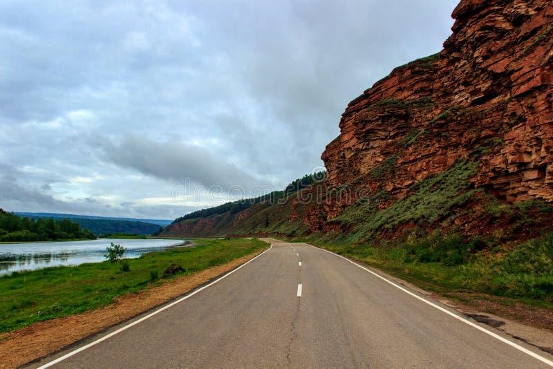 Straße entlang den Bergen und der Lena stockbilder