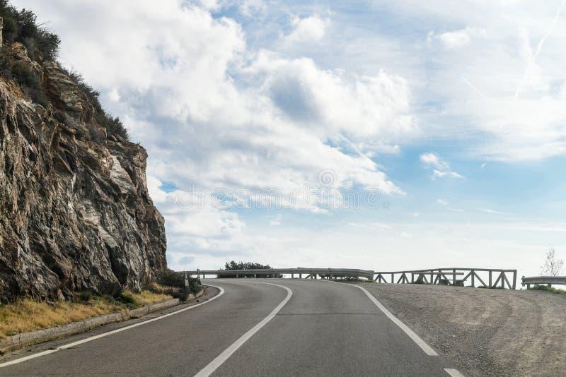 Straße entlang einer steilen Klippe stockfotos