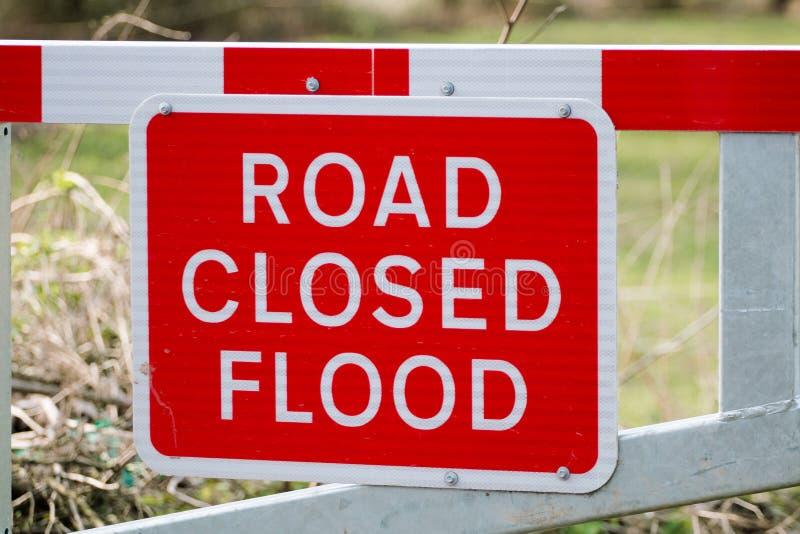 Straße geschlossenes Flut-Warnzeichen auf Sperre stockfotografie