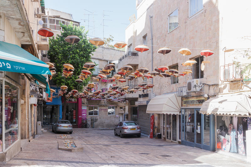 Straße HaKarmel verziert mit mexikanischen Sombrerohüten in Jerusale stockfotos