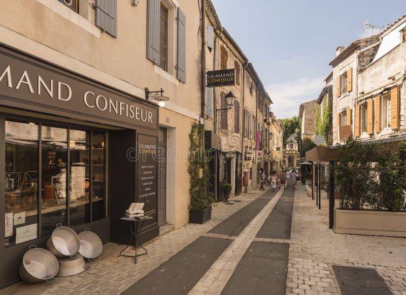 Straße im historischen Stadtzentrum von St. Remy de Provence lizenzfreie stockbilder