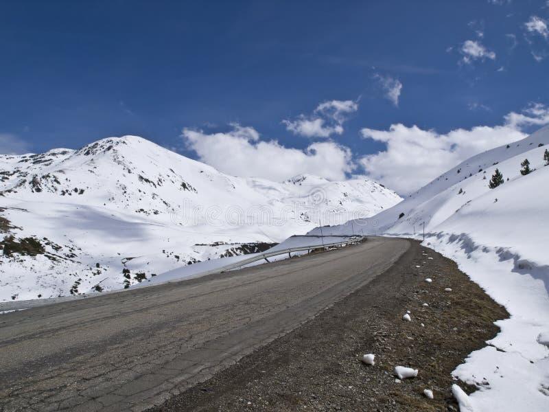Straße im Schnee stockbilder
