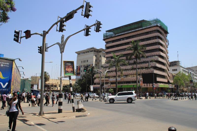 Straße im Stadtzentrum mit Fußgängern, Autos und Ampeln stockfoto