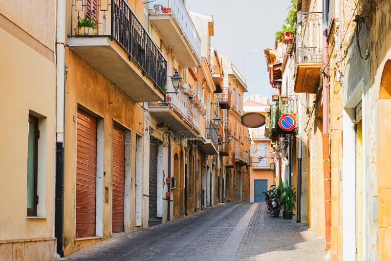 Straße mit alten Häusern in Aidone Sizilien stockfotografie