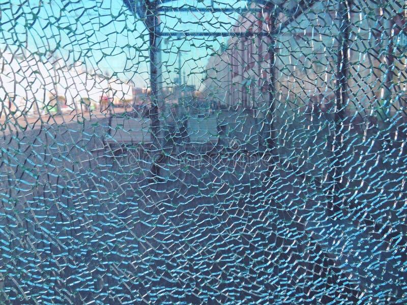Straße mit einer Bank durch den defekten Glashalt lizenzfreie stockfotografie