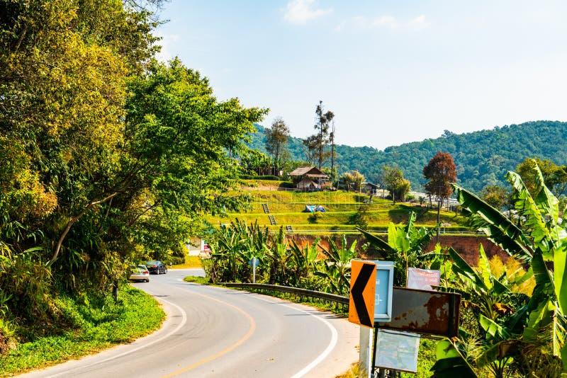 Straße mit einheimischem Dorf auf dem Berg in Doi Inthanon Nationalpark lizenzfreies stockfoto