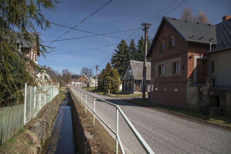 Straße mit Fluss in Staré K?e?any lizenzfreie stockfotos
