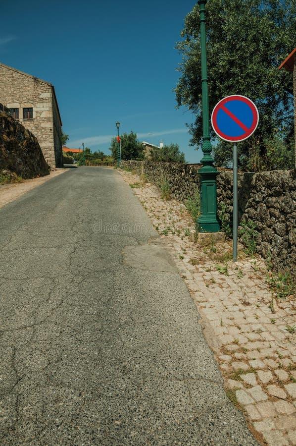 Straße mit hellem Posten- und PARKVERBOT-Verkehrszeichen bei Monsanto lizenzfreie stockbilder