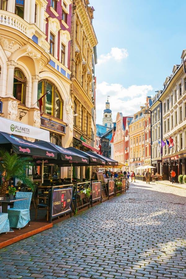 Straße mit Leuten und Helm des Stadtrates in Riga lizenzfreies stockbild
