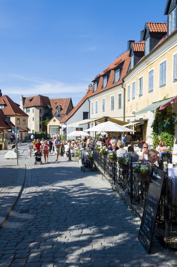 Straße mit Touristen Visby lizenzfreie stockfotografie
