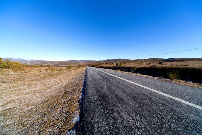 Straße mitten in Landschaft stockbild