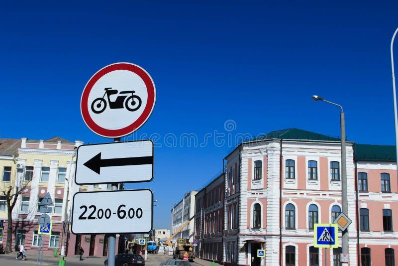 Straße in Mogilev Verbotszeichen für Motorräder stockfotografie