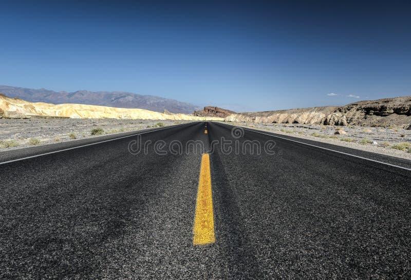 Straße in Nationalpark Death Valley, Kalifornien lizenzfreie stockbilder
