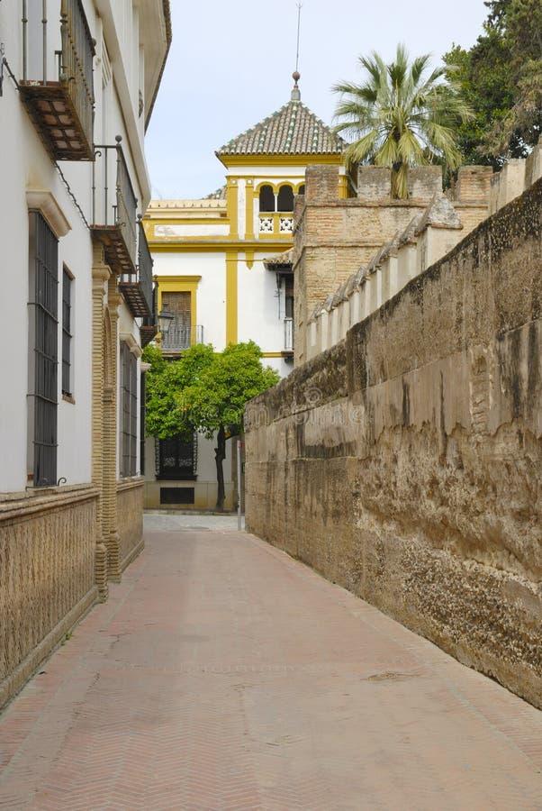 Straße nexto zur städtischen Wand in Sevilla stockbild