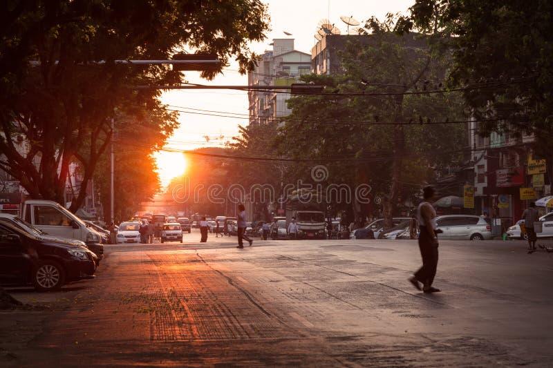 Straße in Rangun bei Sonnenaufgang stockfotografie