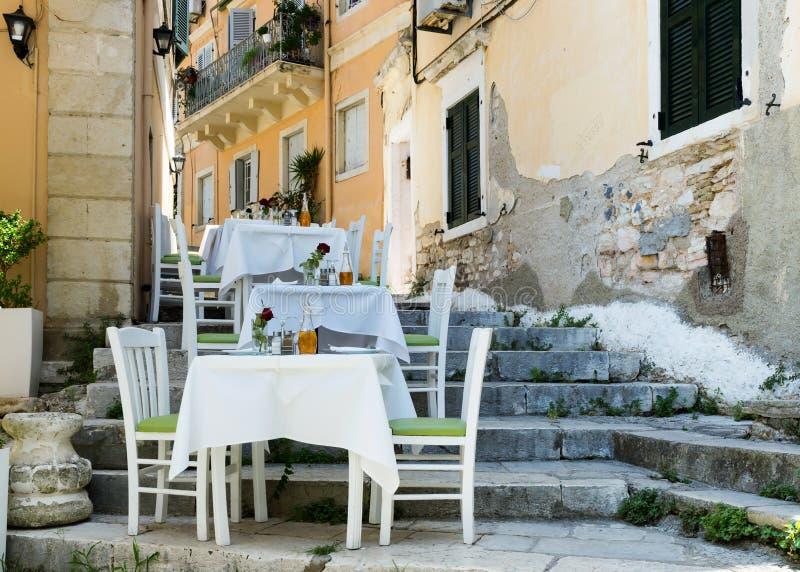 Straße restaourent in der Mittelmeerstadt, Kerkyra, Korfu lizenzfreie stockfotos
