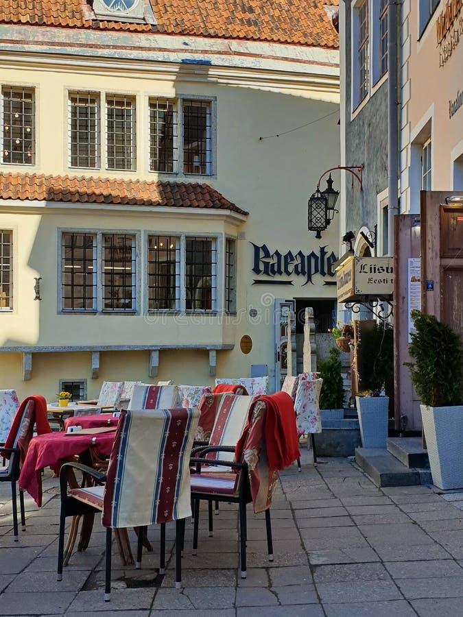 Straße Restoran am Stadt Sommer-Abend in der alten Stadt Marsch Tallinns Estland 2019 der Marktplatzreise zum Europa des baltisch stockbilder