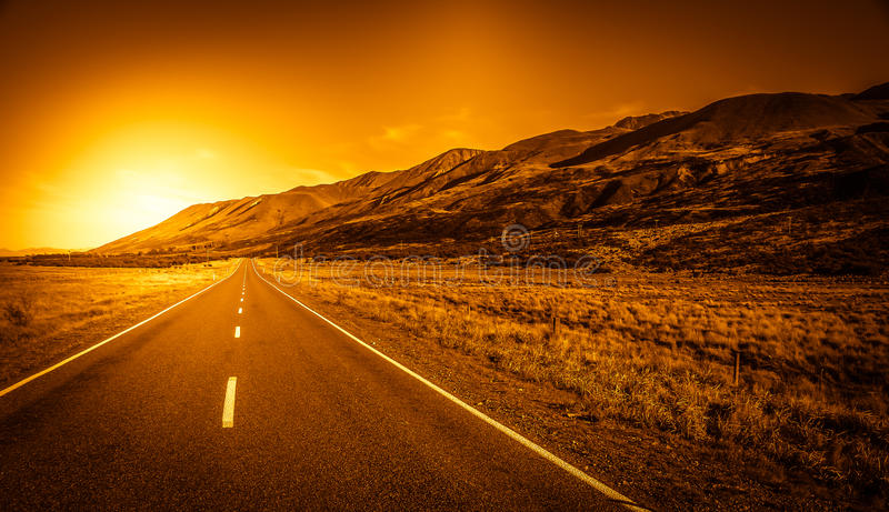 Straße in Richtung zu den Alpen stockfoto