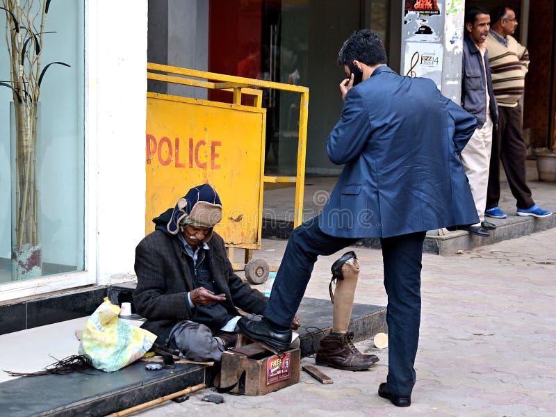 Straße Shoeblack in Delhi, Indien lizenzfreie stockfotografie
