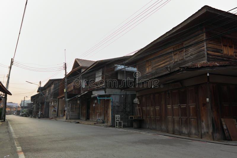 Straße und altes Haus in Chiang Khan, Loei, Thailand lizenzfreies stockfoto