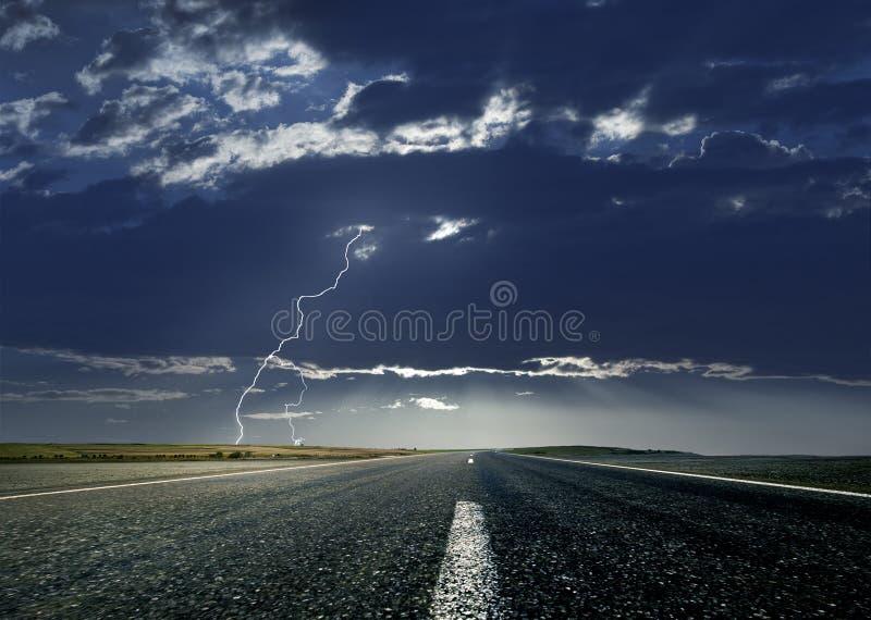 Straße und Blitz stockbilder