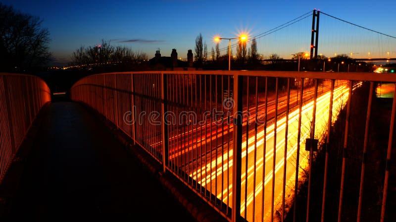 Straße und Brücke nachts stockbild