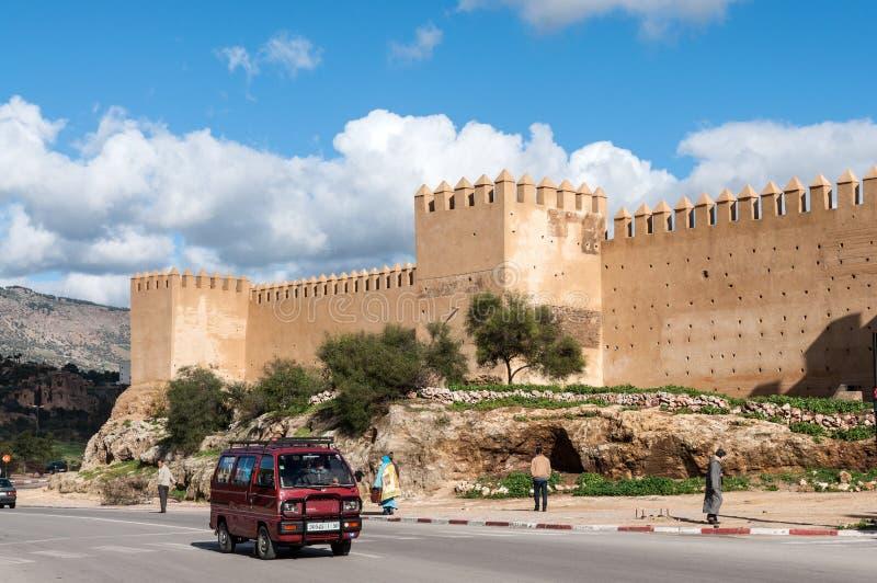 Straße und die alte verstärkte Wand in Fez lizenzfreies stockfoto