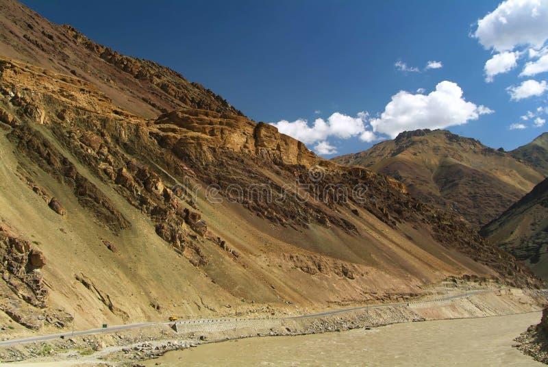 Straße und Fluss Indus lizenzfreie stockfotografie