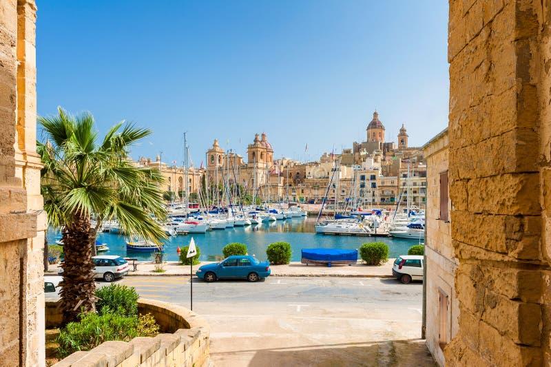 Straße und Jachthafen in Senglea Malta stockbilder
