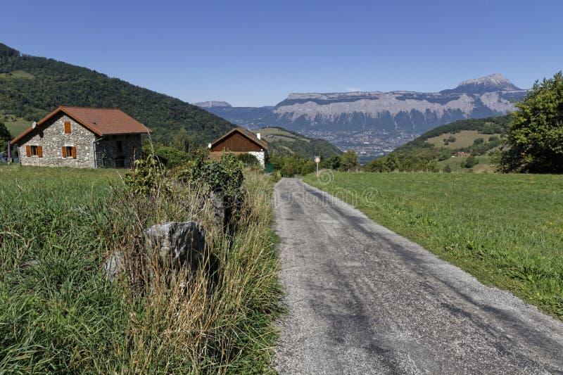 Straße unten durch ein Bergdorf lizenzfreie stockbilder
