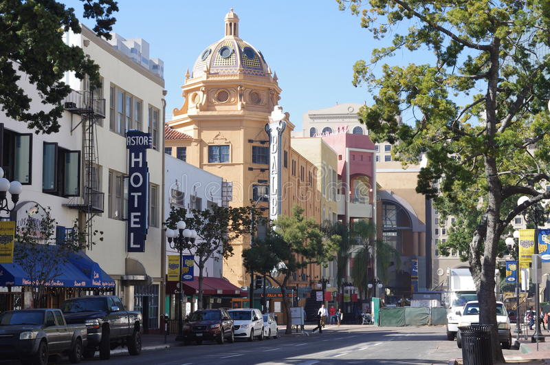 Straße in Viertel Sans Diego's Gaslamp mit Balboa-Theater lizenzfreies stockbild